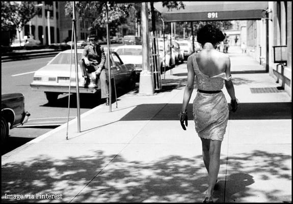 zena hoda ulicom